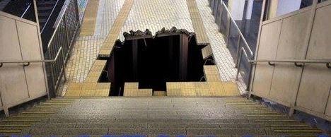 為改善民眾為趕電車而在火車站內奔跑的風氣,日本人想出了一個奇招,就是在月台地上「挖」一個巨坑。(擷取自日本電視台畫面)