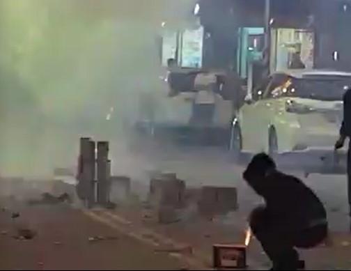 花蓮市區交通要道中正路,昨天晚上10點多被民眾擅自雙向封閉15分鐘放煙火導致交通中斷。( 記者王錦義翻攝)