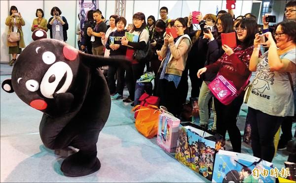 熊本部長KUMAMON現身,帶領現場鐵粉們大跳體操舞。(記者簡榮豐攝)