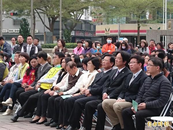市長賴清德(右3)参加音樂會。(記者洪瑞琴攝)
