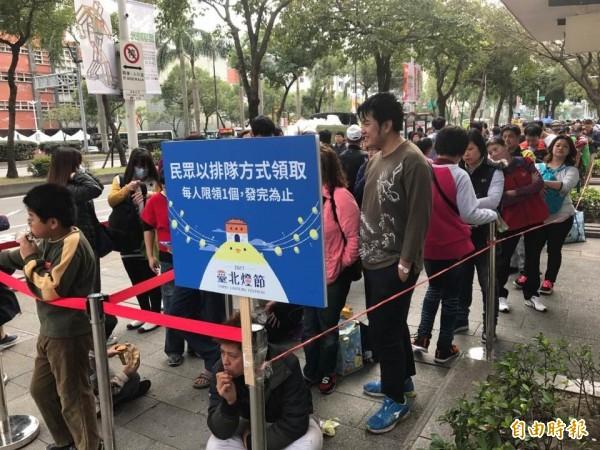 民眾今早7時起陸續排隊領取台北燈節小提燈「舞動奇雞」。(記者何世昌攝)