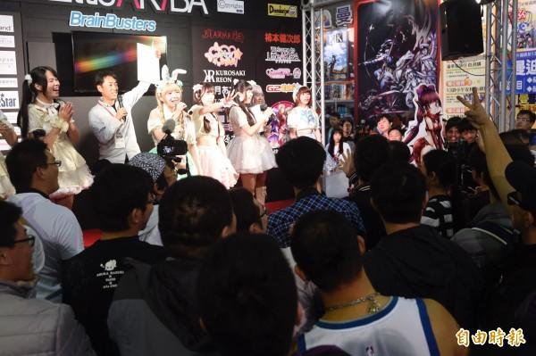 第五屆台北國際動漫節4日進入第3天行程,偶像團體們賣力的演出,希望得到粉絲們的應援。(記者叢昌瑾攝)
