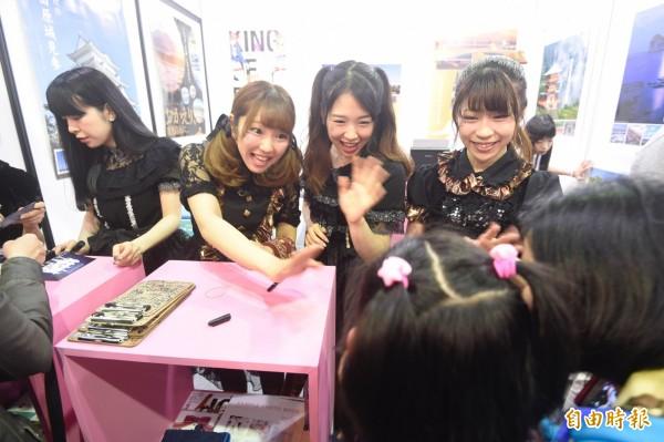 第五屆台北國際動漫節4日進入第3天行程,展場內依舊處處可見排隊的人龍。(記者叢昌瑾攝)