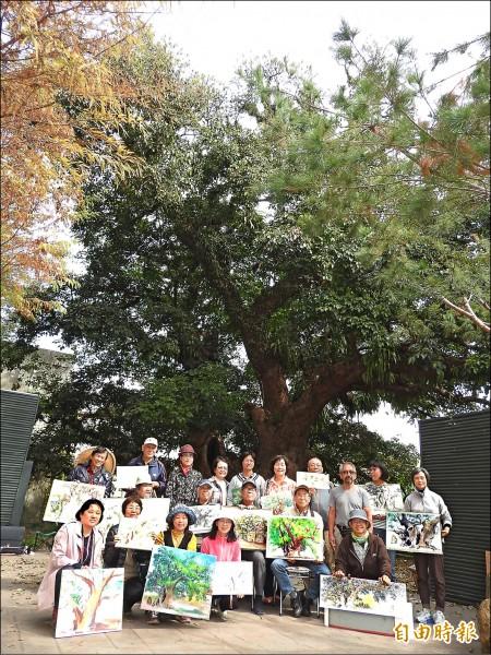 集結大埔里地區知名藝術家的「埔里寫生隊」,昨首度舉辦茄苳樹王公寫生活動。(記者佟振國攝)
