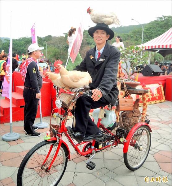 新竹縣民林錦昌騎著載有四隻母雞的改造三輪車,穿梭湖口老街,邊騎邊講吉祥話,金雞報喜,帶給大家歡樂。(記者廖雪茹攝)