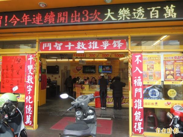 金長旺獎券行地處竹東市中心,毗鄰傳統市場,擁有優勢位置,加上門口張貼一副紅色對聯,十分吸睛。(記者廖雪茹攝)