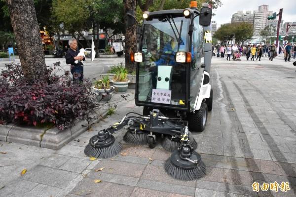 台北燈節首日清出1萬多公斤垃圾,環保局首次動員小型掃街車投入清掃。(記者張議晨攝)