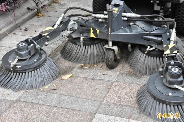 台北燈節首日清出10萬公斤垃圾,環保局首次動員小型掃街車投入清掃。(記者張議晨攝)