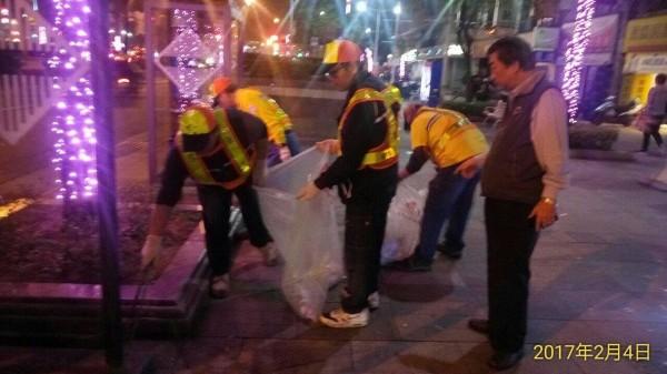 台北燈節首日動員102位清潔隊員,清出一萬公斤垃圾。(台北市環保局提供)