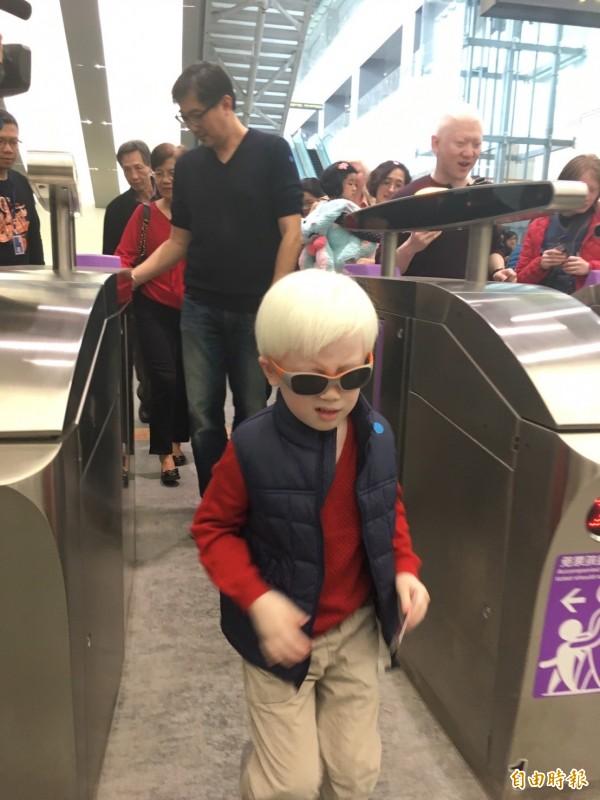 桃捷邀小小鐵道迷試乘,5歲的范亮難掩興奮。(記者林彥彤攝)