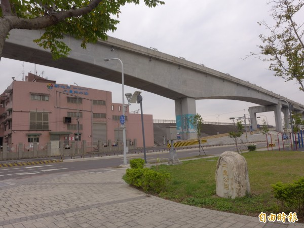 機場捷運線A2a站預定站體位置鄰近二重抽水站,出入口將設在二重抽水站對面的公三七用地。(記者李雅雯攝)