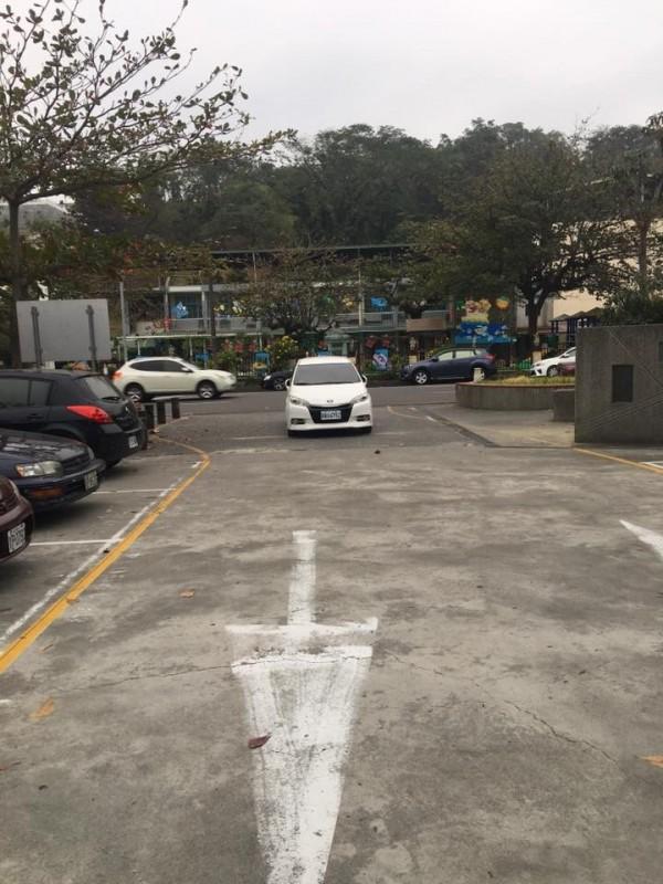 白色小轎車就直接將車停在停車場入口處。(擷取自爆料公社)