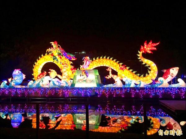 台灣燈會北港燈區,觀光局打造的台灣燈會副燈「魚躍龍門」昨天首次試燈亮相。(記者黃淑莉攝)