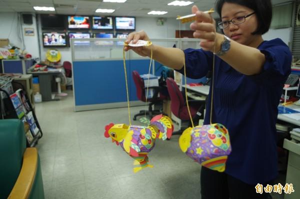 台灣燈會「幸福奇雞」小提燈超搶手,今年共製作8萬盞,11日起開放民眾排隊領取。(記者林國賢攝)