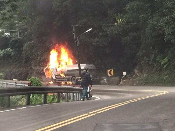 油罐車撞山壁起火。(記者徐聖倫翻攝)