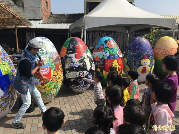 台灣燈會主燈「鳳凰來儀」下的30顆巨蛋今天齊亮相。(記者黃淑莉攝)