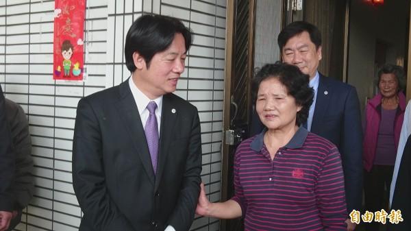 董惠娥的母親胡碧霞在台南市長賴清德陪同下,感謝各界關心。(記者劉婉君攝)
