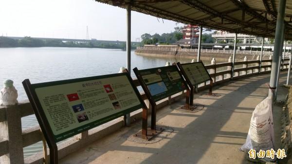 六甲公所在龍湖巖周邊設解說牌,教育正確的護生觀念。(記者楊金城攝)