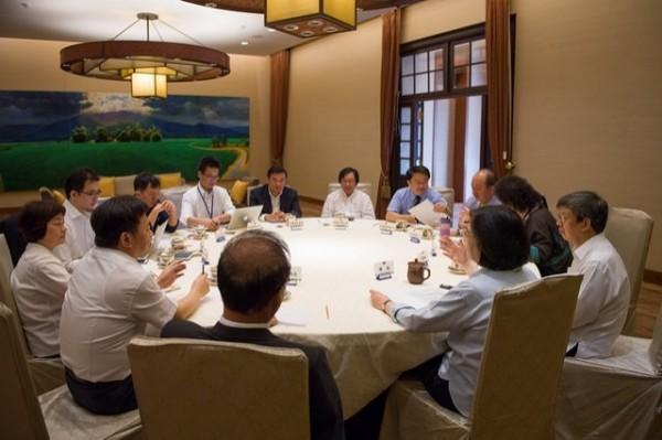 蔡英文總統今晚主持執政決策協調會議,蔡總統強調,「前瞻基礎建設計畫」與「年金改革草案」的提出,將是未來半年的重中之重。(總統府提供)