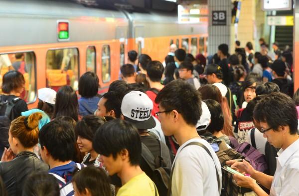 台鐵加開班次因應大批旅客。(記者王藝菘攝)