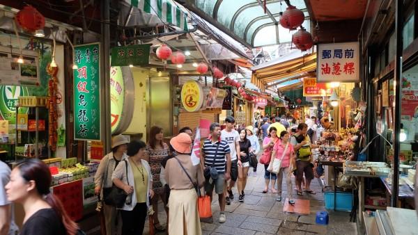 九份長期以來吸引大量遊客前往觀光遊覽;示意圖中民眾與新聞無關。(資料照,記者俞肇福攝)