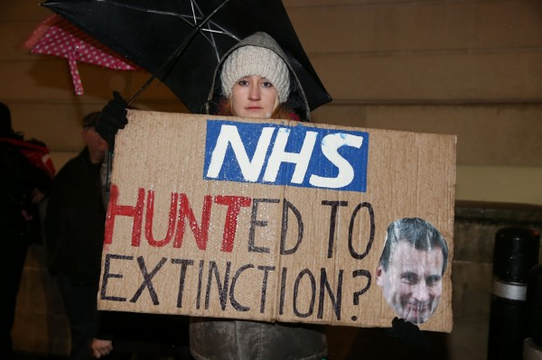 從今年4月起,非急診的外國病人會被英國醫院要求先支付醫療費用,否則恐被拒絕醫治。(法新社)