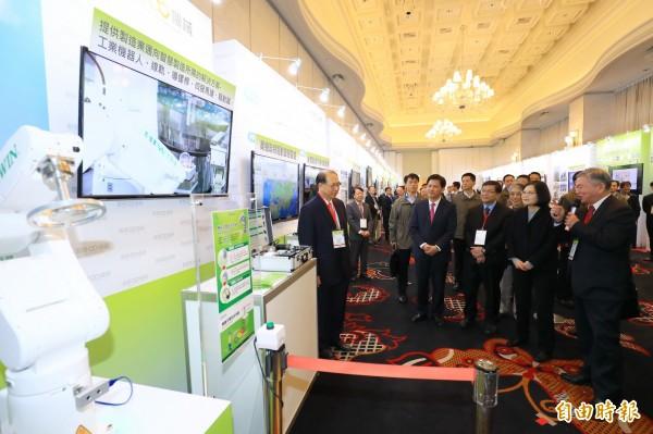 總統蔡英文(右2)參觀中部智慧機械產業研發成果。(記者張菁雅攝)