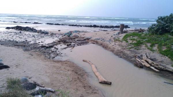 六塊厝漁港水域呈現不尋常色澤的狀況,春節前發生過一次,沒想到昨天下午又再出現。(郭麗卿提供)