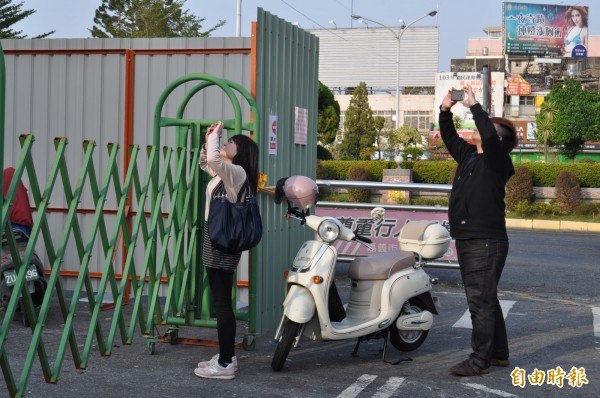 嘉義車站前縣公車站亭將拆,近日不少市民前往拍照留念。(記者王善嬿攝)