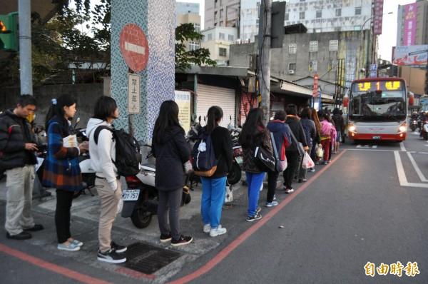 1路公車起站候車處從中壢站前搬到這裡…候車民眾傻眼。(記者李容萍攝)