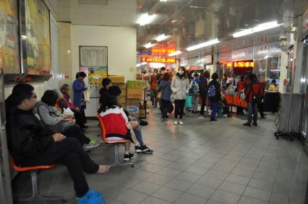 1路公車起站候車處原本在中壢站前總站這裡。(記者李容萍攝)