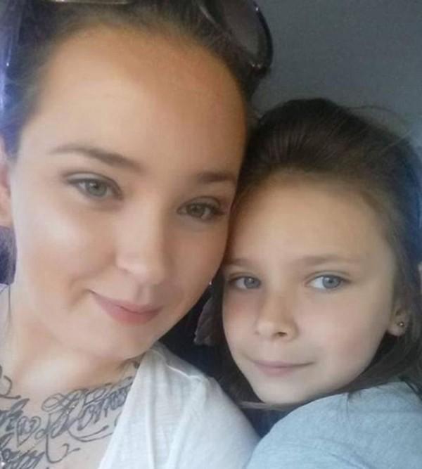 澳洲墨爾本26歲母親布徹(Candy Butchers),為自閉症小女兒蕾哈娜(Rhianna)辦9歲生日派對,生日當天卻無人出席,母親心碎地在臉書PO文後,湧進大量網友祝小女孩生日快樂。(圖擷自《每日郵報》)
