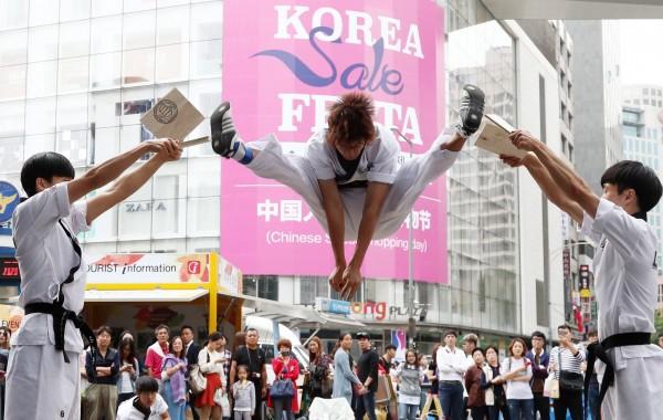 中國抵制薩德,限制赴韓旅遊團,反倒使自由行遊客增加,韓國大量民宿、飯店紛紛上網積極展開宣傳,吸引中國自由行旅客。(歐新社)