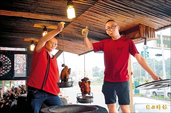 嘉義甕窯雞業者林宜樺(左)精準投入網路行銷,去年整體業績成長三成。(記者曾迺強攝)