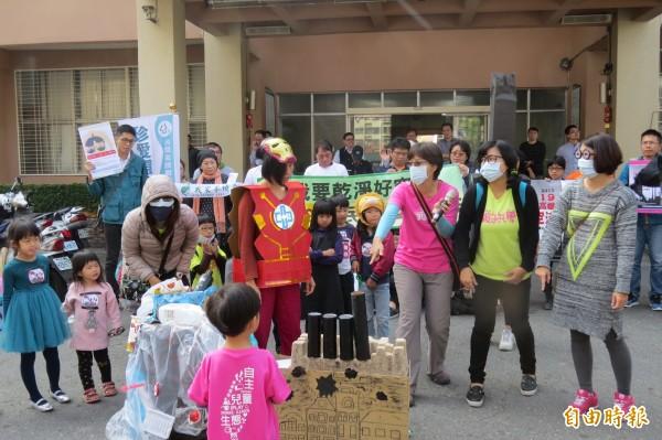 台灣親子共學教育促進會親子並演出行動劇,要求政府消滅「PM2.5隱形怪」。(記者蔡文居攝)