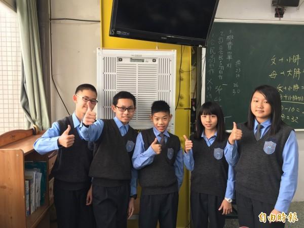弘文中學在全校教室裝設空氣清淨機,學生都說「讚」。(記者歐素美攝)
