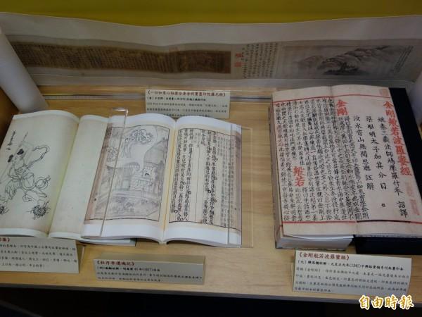 國圖在台北國際書展中,陳列許多古籍複製品,要讓民眾了解閱讀演進史。(記者吳柏軒攝)