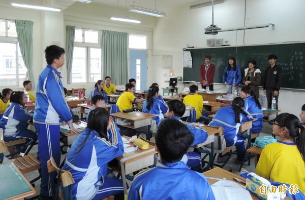 台、日大學生帶國中生上英文課。(記者楊金城攝)