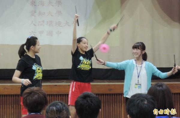 日本大學生體驗扯鈴真有趣。(記者楊金城攝)