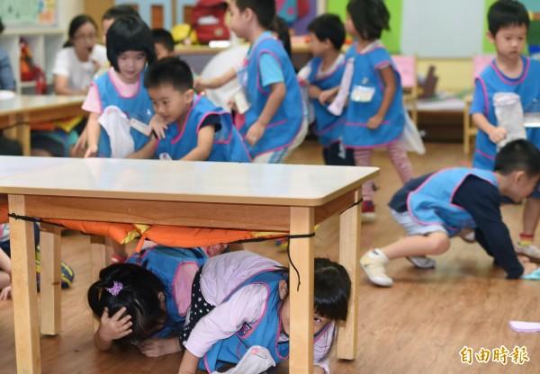 圖為幼兒園地震避難演練。(資料照,記者廖振輝攝)