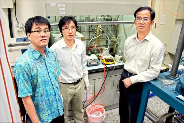 台科大材料系教授郭東昊(右起)與來自中國的博士班學生陳孝雲及印尼籍博士後研究員Hairus Abdullah共同合作,研究發現在室溫下透過觸媒反應即可將二氧化碳轉化為甲醇,並且使甲醇轉換產生為氫氣。(台科大提供)