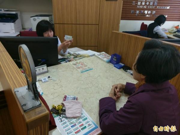 洪阿嬤一早就到健保署台東聯絡辦公室詢問健保卡是否有違規使用。(記者王秀亭攝)