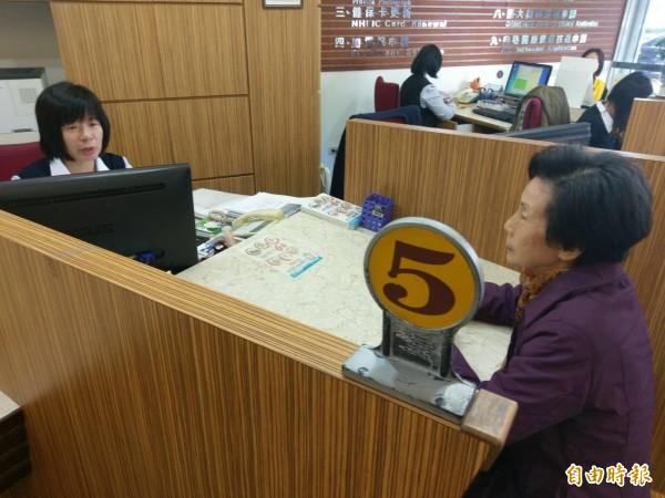 近來不少台東民眾接獲健保卡違規使用的詐騙電話,警覺性高的民眾直接到健保署問仔細。(記者王秀亭攝)