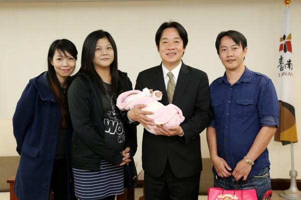 連晃汶夫婦贈送愛女滿月禮,賴清德表達祝福。(台南市府提供)