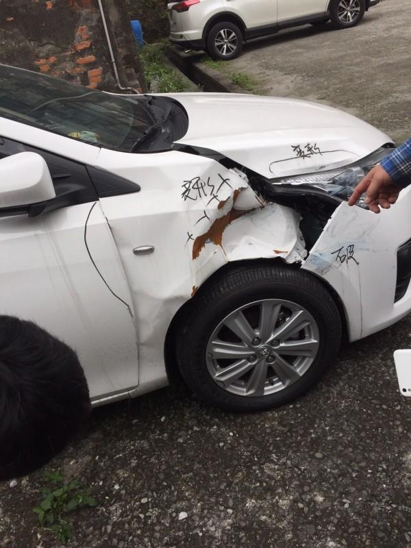 盛姓車主的新車由業務員開回原廠檢修保養卻發生意外事故,嚴重受損。(盛姓車主提供)