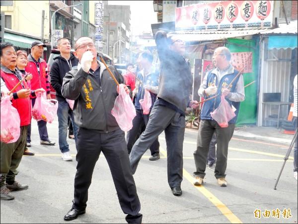 立委陳超明、縣議員李文斌等人體驗丟排炮拿金幣活動。(記者許展溢攝)
