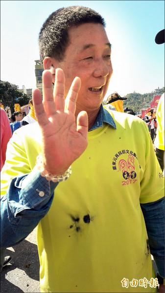 台東市長張國洲穿衣服上轎當寒單爺,衣服炸破洞。(記者黃明堂攝)