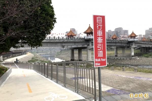 三峽河濱自行車道設有牽引道,讓民眾享受鐵馬騎行之餘,也能順道逛逛三峽老街。(記者張安蕎攝)