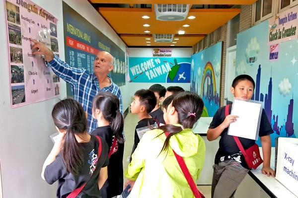 北市東新、文昌國小將轉型為雙語學校,圖為東新國小英語學習情境中心。(北市教育局提供)