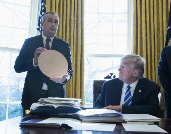 半導體巨擘英特爾公司執行長科再奇(左)今天拜訪美國總統川普,當場宣布將投資70億美元建造一家半導體工廠。(歐新社)
